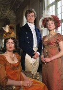 Miss Bingley (Anna Chancellor), mr Bingley (Crispin Bonham-Carter) en mrs Hurst (Lucy Robinson)